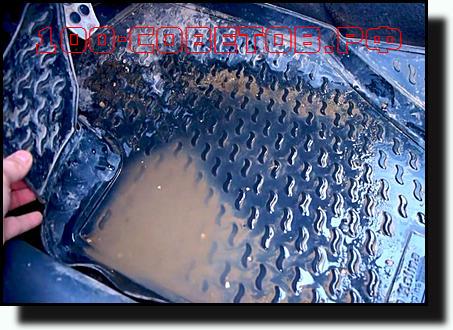вода на коврике в салоне