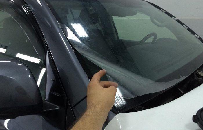 Как наклеить солнцезащитную пленку на лобовое стекло автомобиля: этапы работ